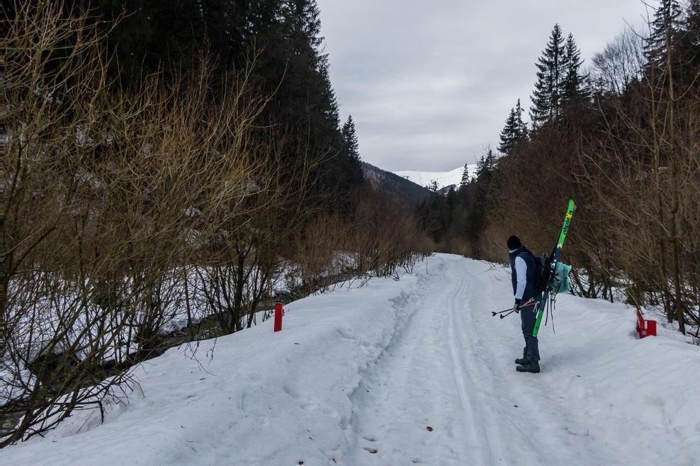8d40eb63e3c06 Začíname v Suchej doline, objavuje sa hrebeň a obúvame lyže